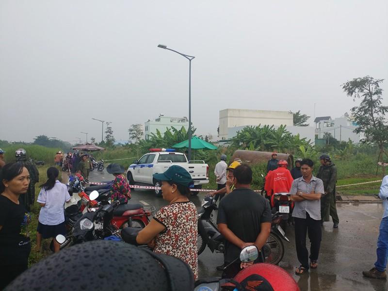 Xác 1 thanh niên mặc đồ Grabbike trong bụi cây ở Bình Chánh - ảnh 2