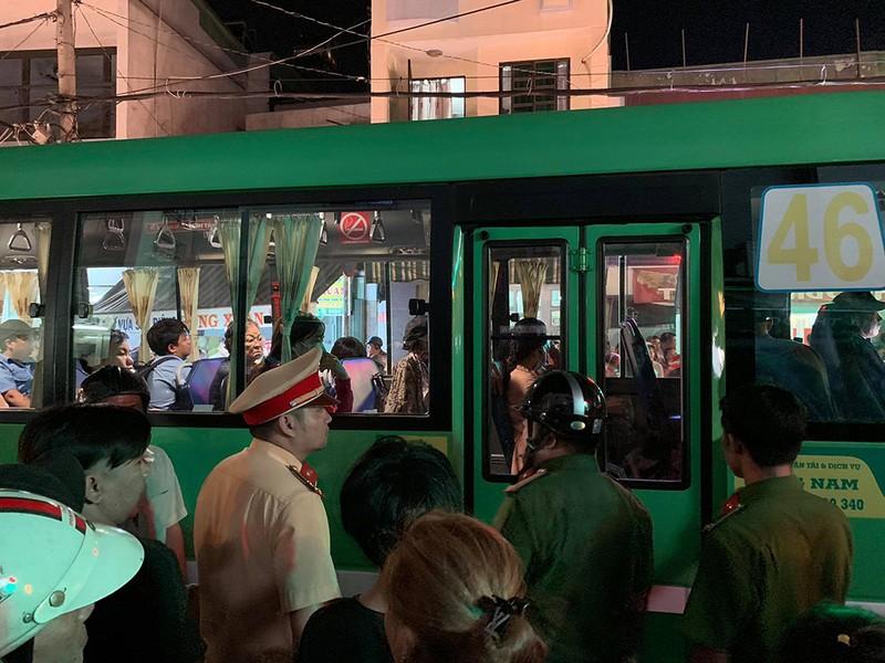Phụ xe buýt xách 'hàng' rượt đuổi người dân sau va chạm - ảnh 1