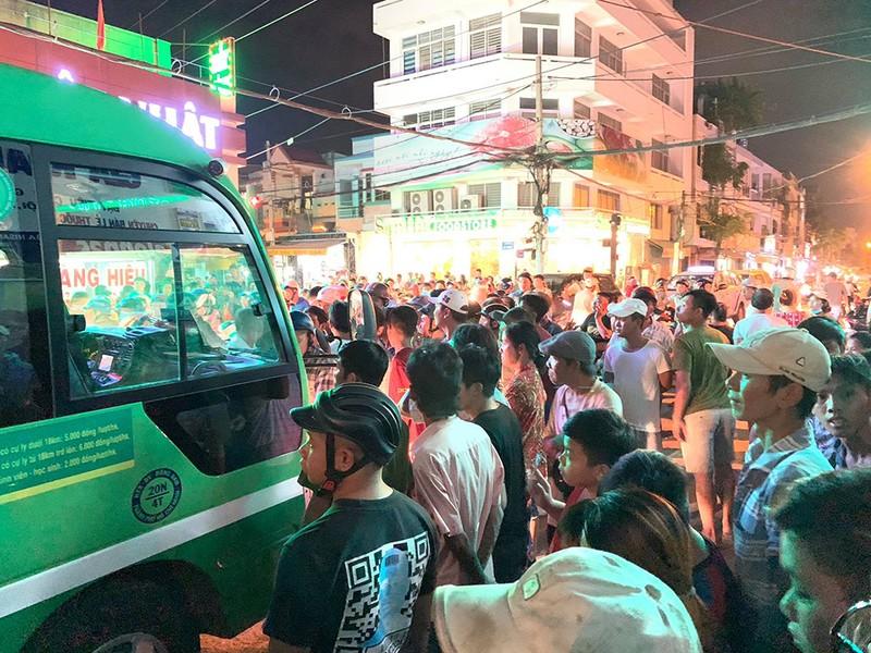 Phụ xe buýt xách 'hàng' rượt đuổi người dân sau va chạm - ảnh 2