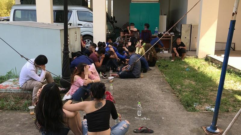 Đột kích bar ở quận 7, phát hiện hàng chục người phê ma túy - ảnh 2
