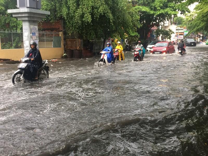 Mưa ngập bao vây khu biệt thự ở Sài Gòn - ảnh 1