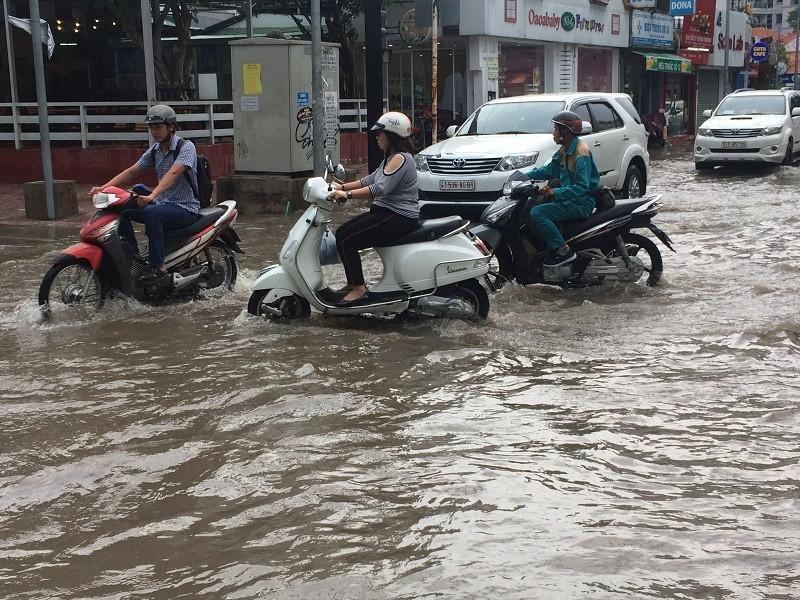 Mưa ngập bao vây khu biệt thự ở Sài Gòn - ảnh 5