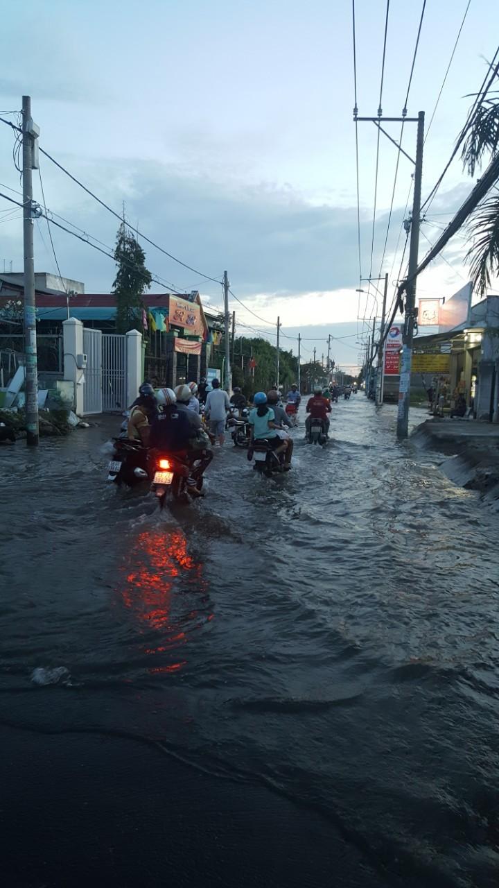Đường Lê Văn Lương biến thành sông vì triều cường - ảnh 2