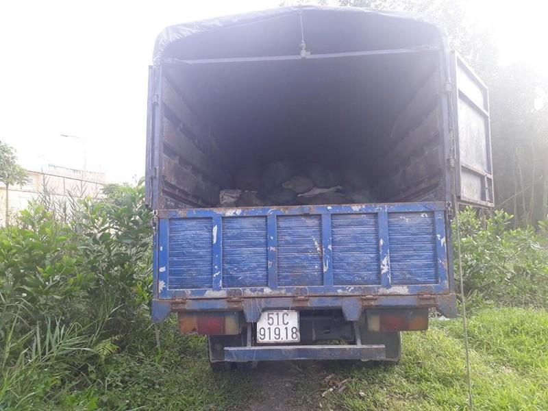 Bắt giữ xe tải đổ trộm chất thải ở Bình Chánh - ảnh 1
