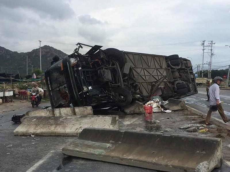 Xe khách lật ở Bình Thuận, nhiều người bị thương - ảnh 1