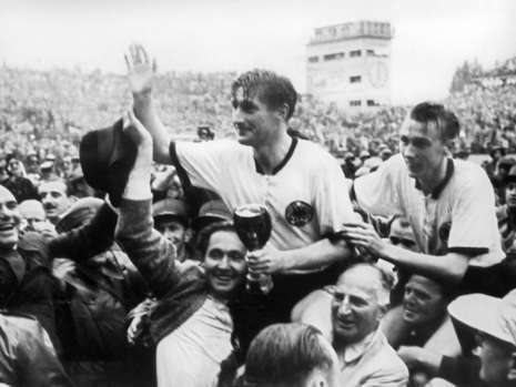 Ký ức World Cup: Nhà vô địch thua đậm nhất lịch sử - ảnh 1