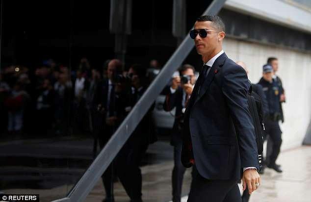 Ronaldo bảnh bao dẫn đầu đội tuyển Bồ Đào Nha bay đến Nga - ảnh 3
