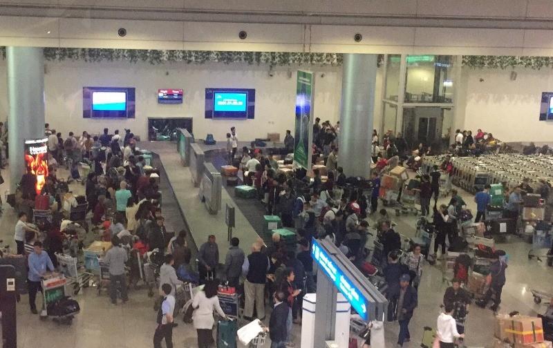 Sân bay Tân Sơn Nhất nhộn nhịp đón Việt kiều về quê ăn Tết - ảnh 6
