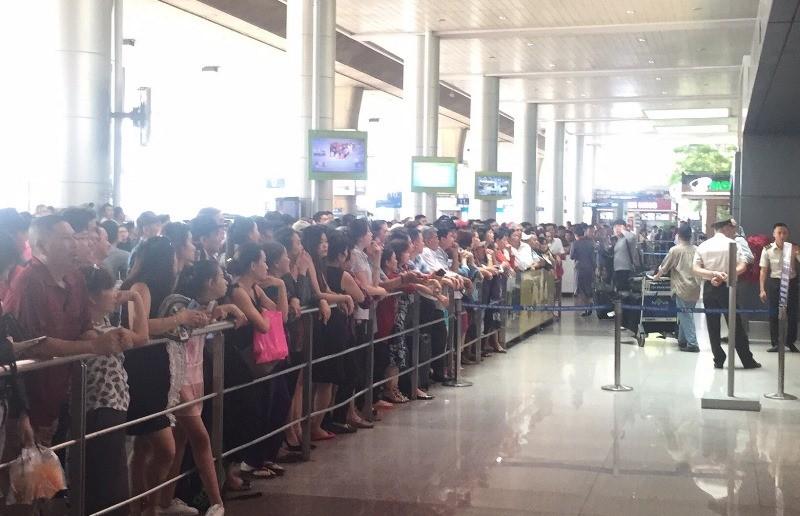 Sân bay Tân Sơn Nhất nhộn nhịp đón Việt kiều về quê ăn Tết - ảnh 4