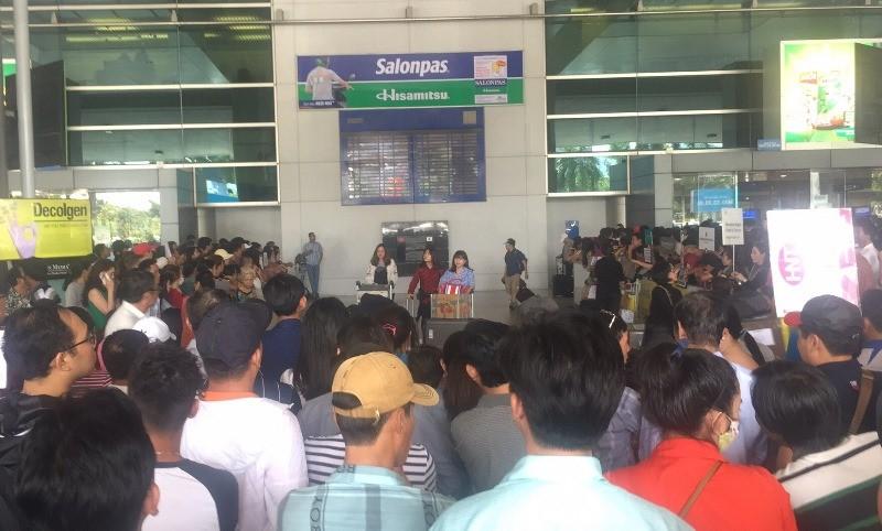Sân bay Tân Sơn Nhất nhộn nhịp đón Việt kiều về quê ăn Tết - ảnh 3