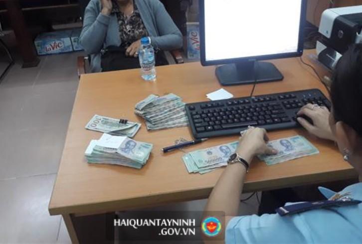 Phát hiện 1 người Trung Quốc mang tiền trái phép  - ảnh 1