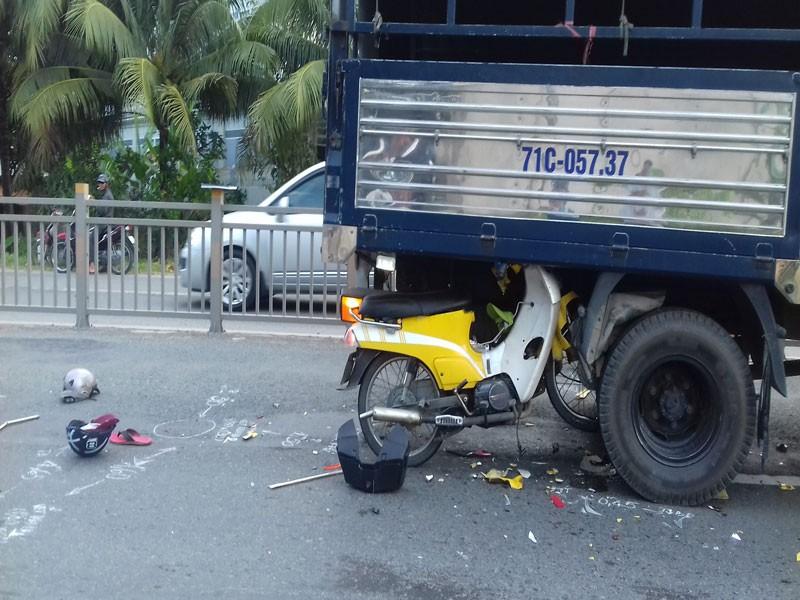 Xe máy găm vào gầm ô tô tải trên quốc lộ, 2 người trọng thương - ảnh 2