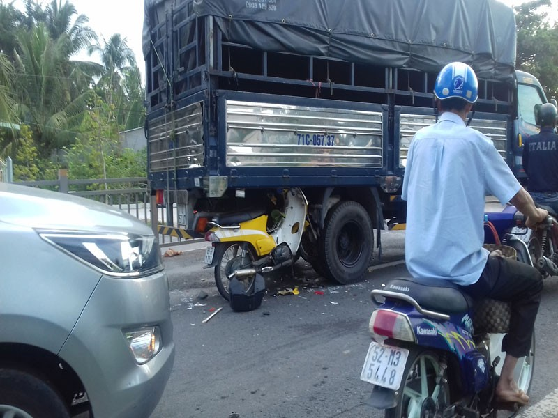 Xe máy găm vào gầm ô tô tải trên quốc lộ, 2 người trọng thương - ảnh 1