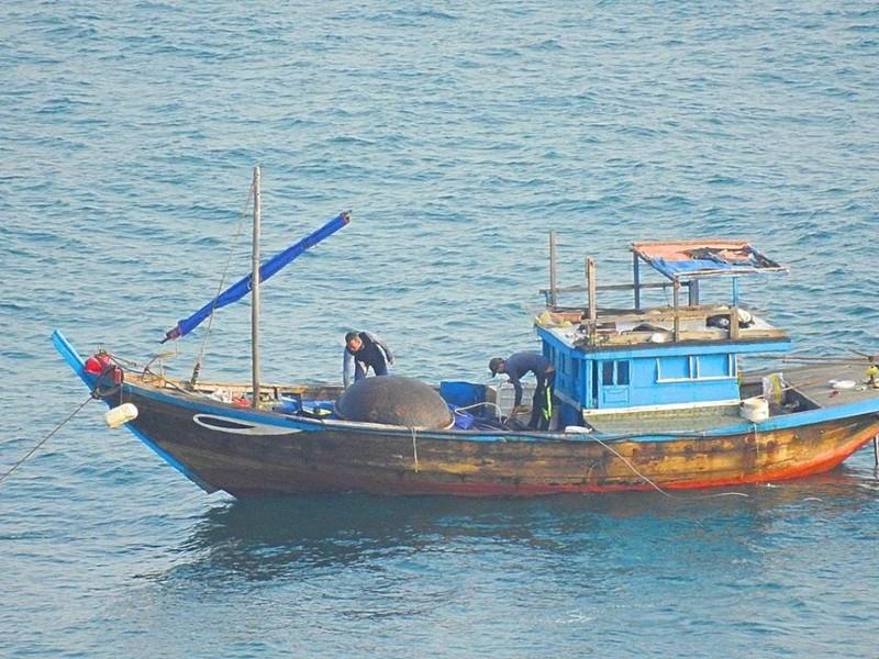 Tạm giữ tàu đánh cá bằng thuốc nổ trên vịnh Đà Nẵng - ảnh 1