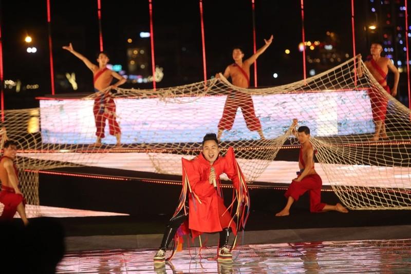 Đội pháo hoa Đà Nẵng vẽ nhịp cầu tình yêu trên sông Hàn - ảnh 1