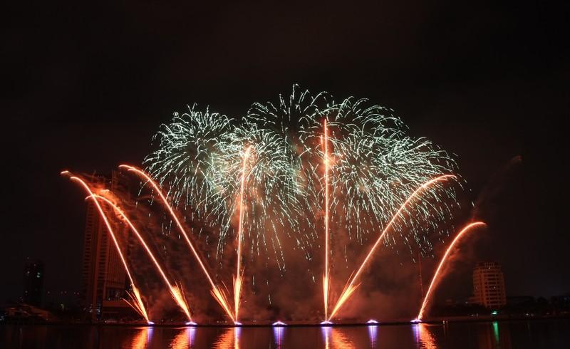 Ba Lan 'chơi' pháo hoa trên nền 25 bài hát - ảnh 1