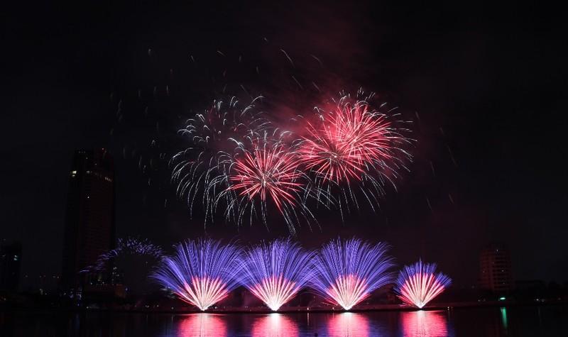 Ba Lan 'chơi' pháo hoa trên nền 25 bài hát - ảnh 3