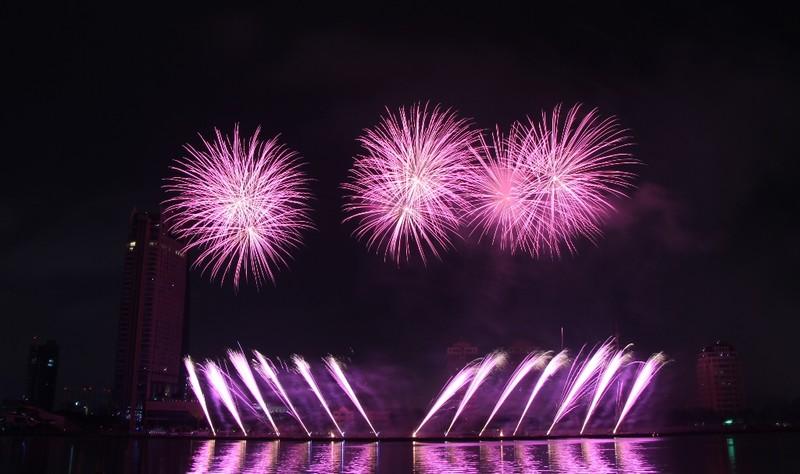 Ba Lan 'chơi' pháo hoa trên nền 25 bài hát - ảnh 4
