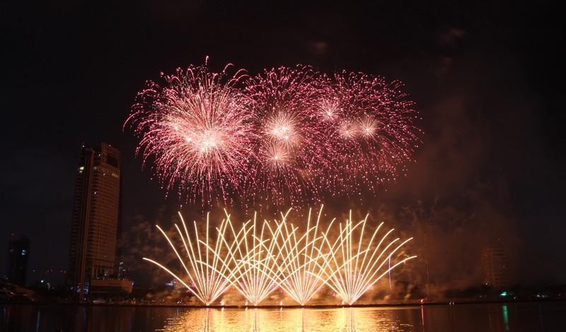 Ba Lan 'chơi' pháo hoa trên nền 25 bài hát - ảnh 7