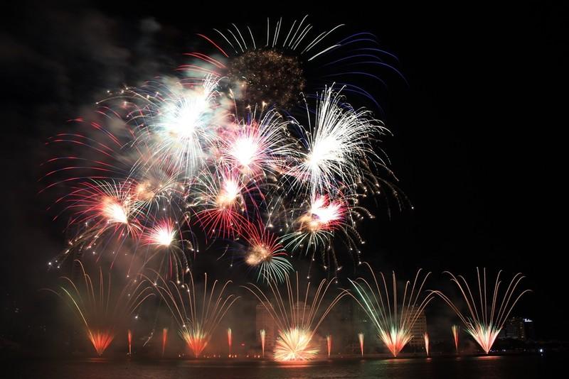 Đội Hồng Kông tái hiện điện ảnh thế giới bằng pháo hoa - ảnh 1