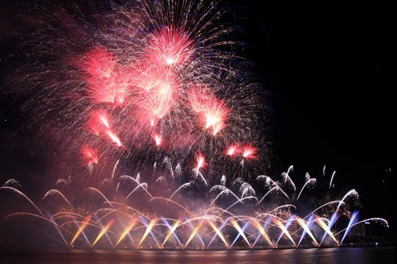 Đội Hồng Kông tái hiện điện ảnh thế giới bằng pháo hoa - ảnh 2