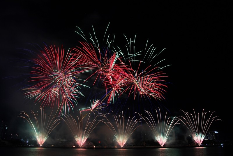 Đội Hồng Kông tái hiện điện ảnh thế giới bằng pháo hoa - ảnh 3