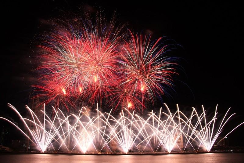 Đội Hồng Kông tái hiện điện ảnh thế giới bằng pháo hoa - ảnh 4