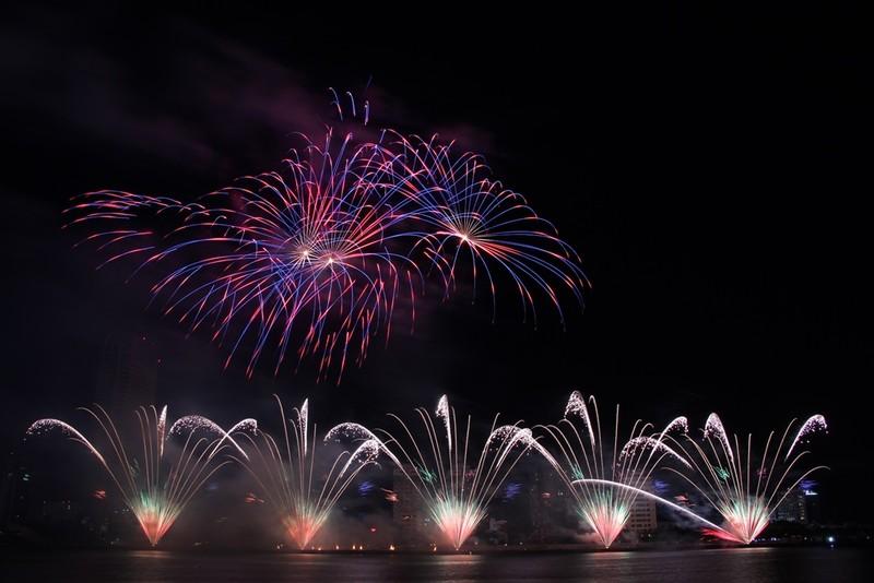 Đội Hồng Kông tái hiện điện ảnh thế giới bằng pháo hoa - ảnh 6