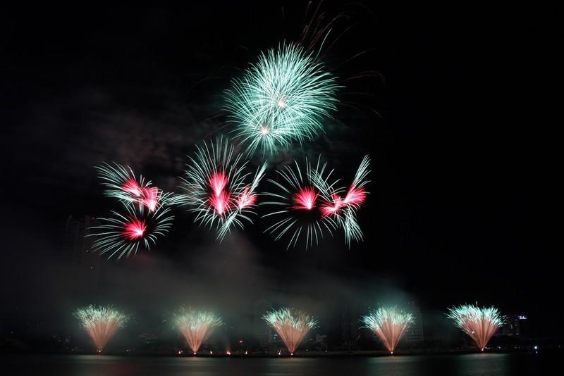Đội Hồng Kông tái hiện điện ảnh thế giới bằng pháo hoa - ảnh 7