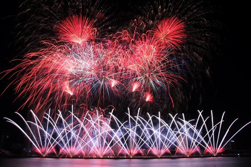 Đội Hồng Kông tái hiện điện ảnh thế giới bằng pháo hoa - ảnh 8