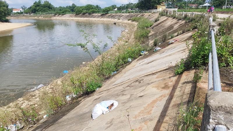 Quảng Ngãi: Quốc lộ 1 hóa thành bãi rác khổng lồ - ảnh 9