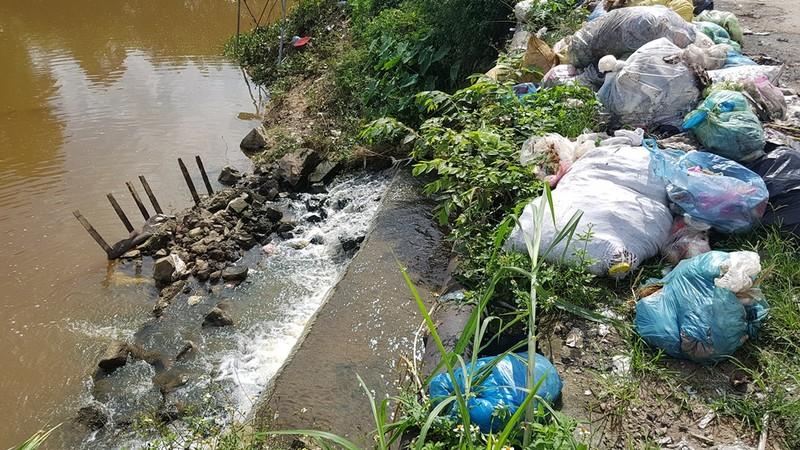 Quảng Ngãi: Quốc lộ 1 hóa thành bãi rác khổng lồ - ảnh 3