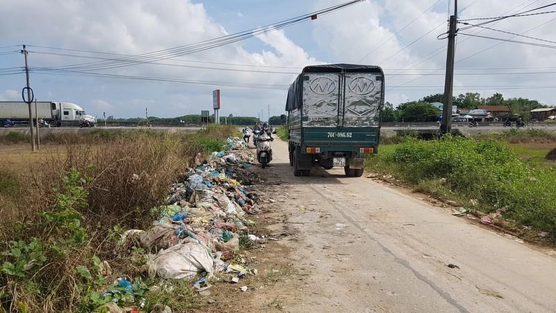 Quảng Ngãi: Quốc lộ 1 hóa thành bãi rác khổng lồ - ảnh 4