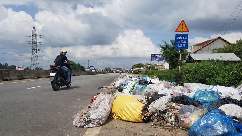 Quảng Ngãi: Quốc lộ 1 hóa thành bãi rác khổng lồ - ảnh 1