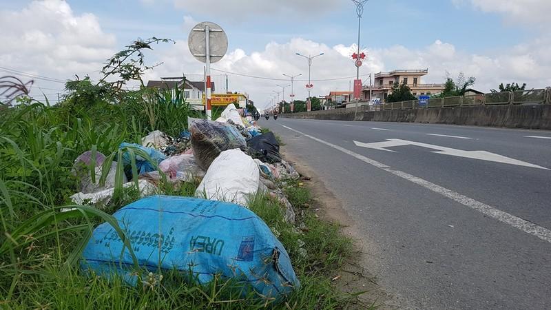 Quảng Ngãi: Quốc lộ 1 hóa thành bãi rác khổng lồ - ảnh 6