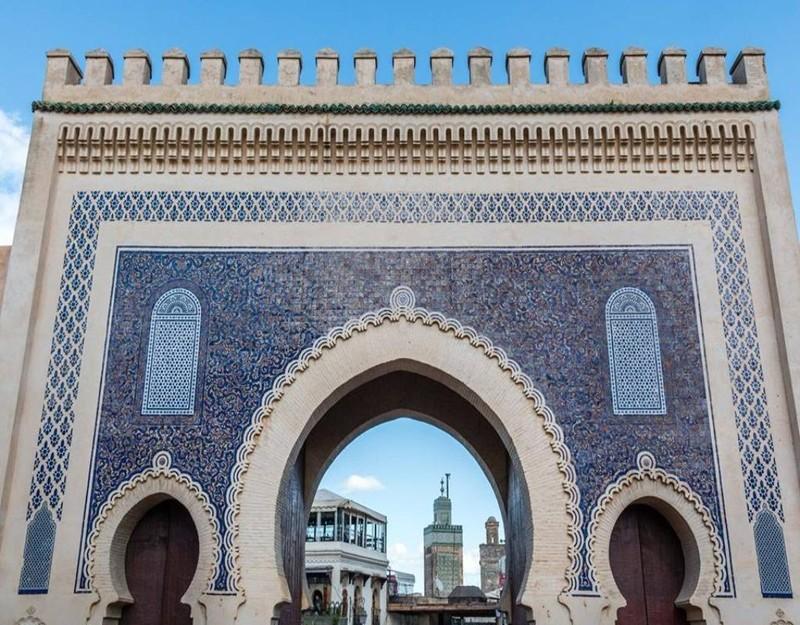 Cổng Bab Boujloud 800 tuổi, là cổng đẹp nhất trong 11 cổng của Médina de Fès.