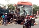 2 xe khách đối đầu, hàng chục hành khách kêu cứu