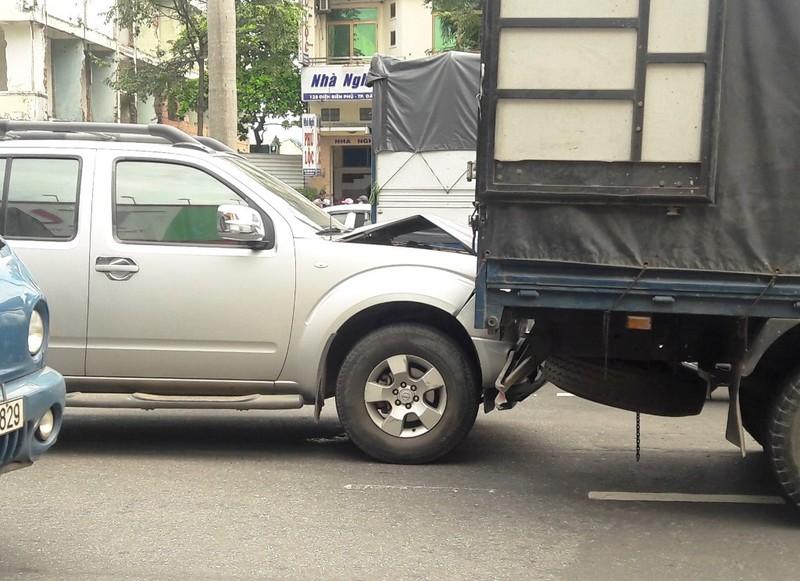 Thắng gấp tránh cô gái ngã xuống đường, 3 xe tông liên hoàn - ảnh 1