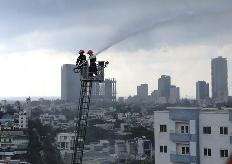 Sau tiếng nổ, khói bốc lên trong căn hộ chung cư - ảnh 1