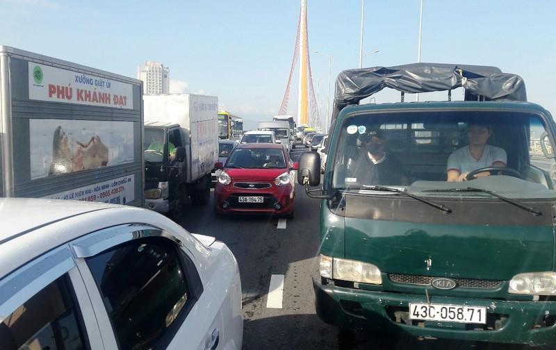 Xe tải chắn ngang trên cầu, nhiều người vật vã vì kẹt xe - ảnh 2
