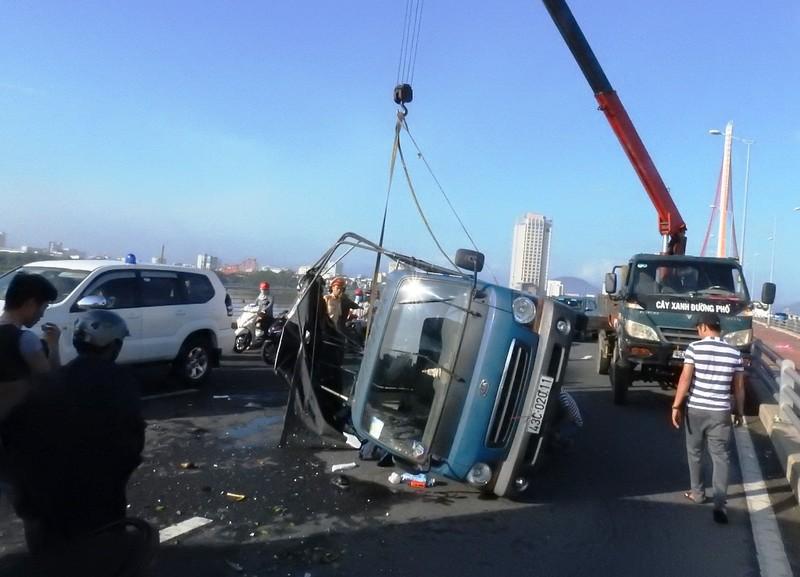 Xe tải chắn ngang trên cầu, nhiều người vật vã vì kẹt xe - ảnh 1