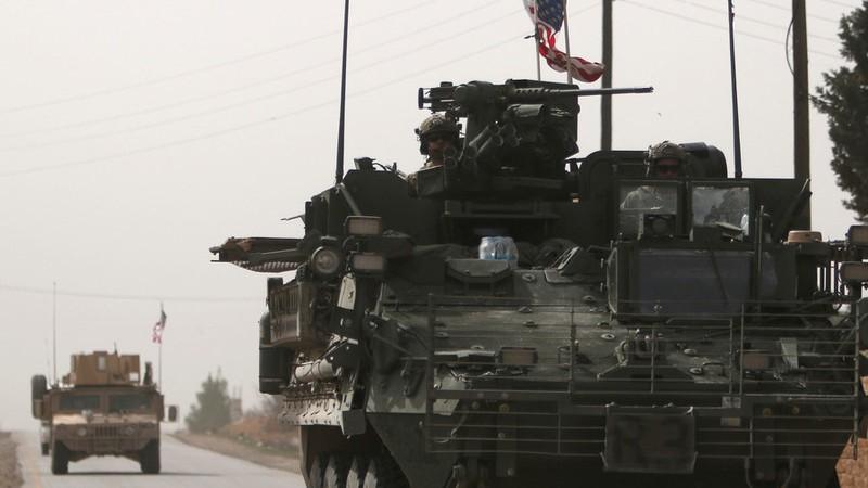 Xe quân sự Mỹ ở TP Manbij, tỉnh Aleppo (Syria). Ảnh: REUTERS