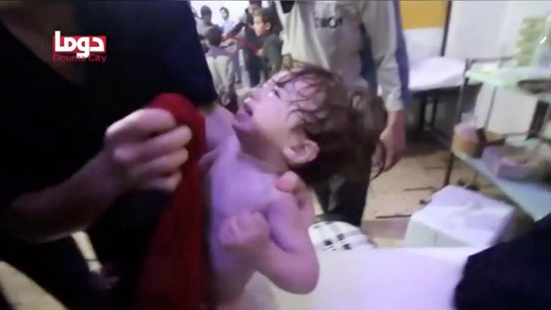 Hình ảnh được cho là cứu chữa trẻ em sau vụ tấn công bằng vũ khí hóa học ở Douma, Đông Ghouta, ngoại ô thủ đô Damacus (Syria) khuya 7-4. Ảnh: REUTERS