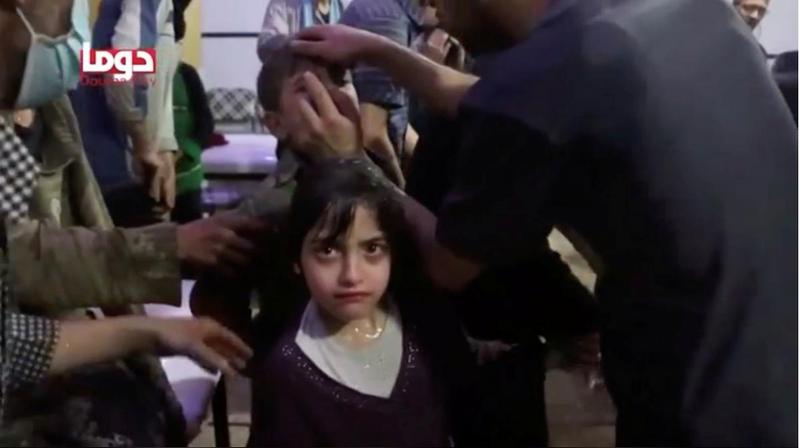 Một bé gái được bằng vũ khí hóa học ở Douma, Đông Ghouta, ngoại ô thủ đô Damacus (Syria) ngày 7-4. Ảnh: REUTERS