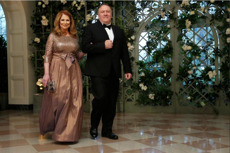 Giám đốc Cơ quan Tình báo Quốc gia Mỹ (CIA) Mike Pompeo và phu nhân Susan Pompeo đến dự buổi tiệc tối cấp nhà nước đón tiếp Tổng thống Pháp Emmanuel Marcon tại Nhà Trắng ngày 24-4. Ảnh: REUTERS