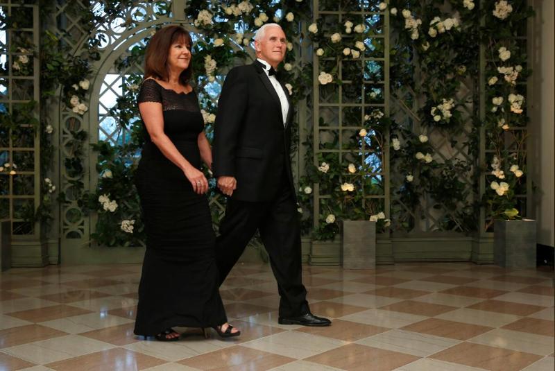 Phó Tổng thống Mỹ Mike Pence và phu nhân Karen Pence đến dự buổi tiệc tối cấp nhà nước đón tiếp Tổng thống Pháp Emmanuel Marcon tại Nhà Trắng ngày 24-4. Ảnh: REUTERS