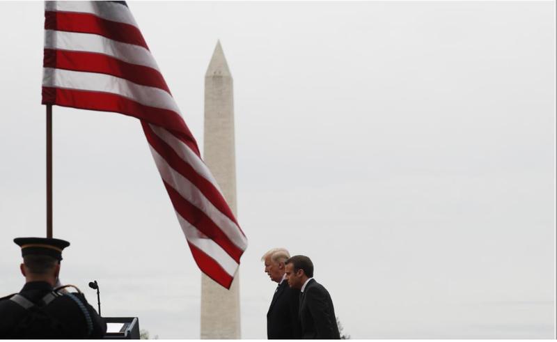 Tổng thống Mỹ Donald Trump (trái) đón chính thức Tổng thống Pháp Emmanuel Macron tại Nhà Trắng ngày 24-4. Ảnh: REUTERS