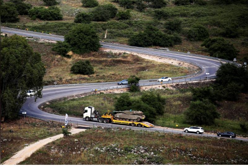 Xe tăng Israel được vận chuyển về biên giới với Syria ở Cao nguyên Golan ngày 9-5. Ảnh: REUTERS