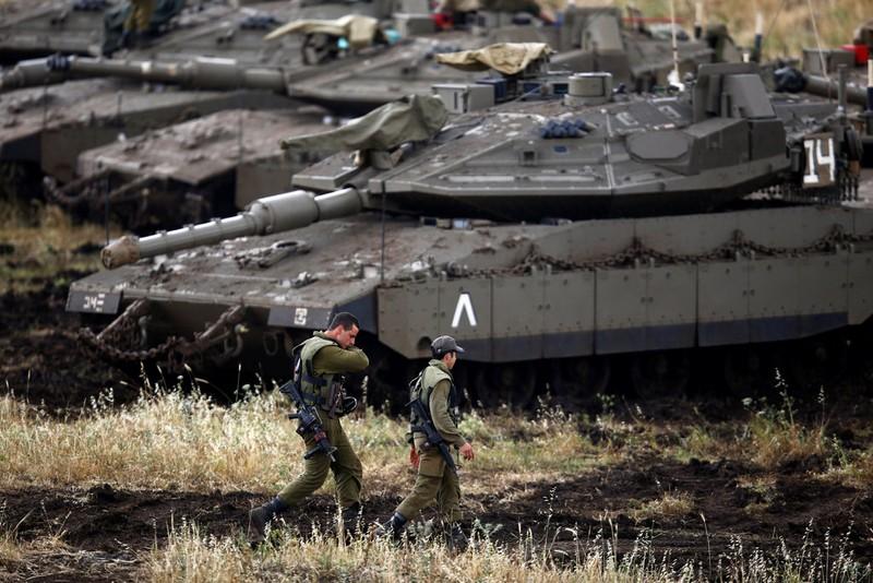 Binh sĩ và xe tăng Israel tại Cao nguyên Golan ngày 9-5. Ảnh: REUTERS