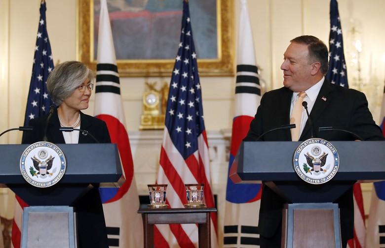 Ngoại trưởng Mỹ Mike Pompeo (phải) và Ngoại trưởng Hàn Quốc Kang Kyung-wha trong cuộc họp báo chung tại trụ sở Bộ Ngoại giao Mỹ ngày 11-5. Ảnh: AP